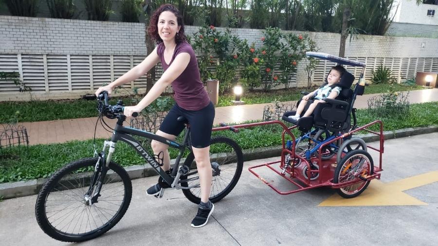 Carolina se inspirou em uma mãe americana para adaptar uma carretinha para o filho - Acervo pessoal