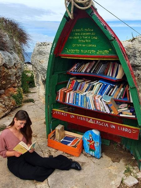 A jornalista Tina Raucci em visita ao barco-biblioteca - Arquivo Pessoal/Tina Raucci  - Arquivo Pessoal/Tina Raucci