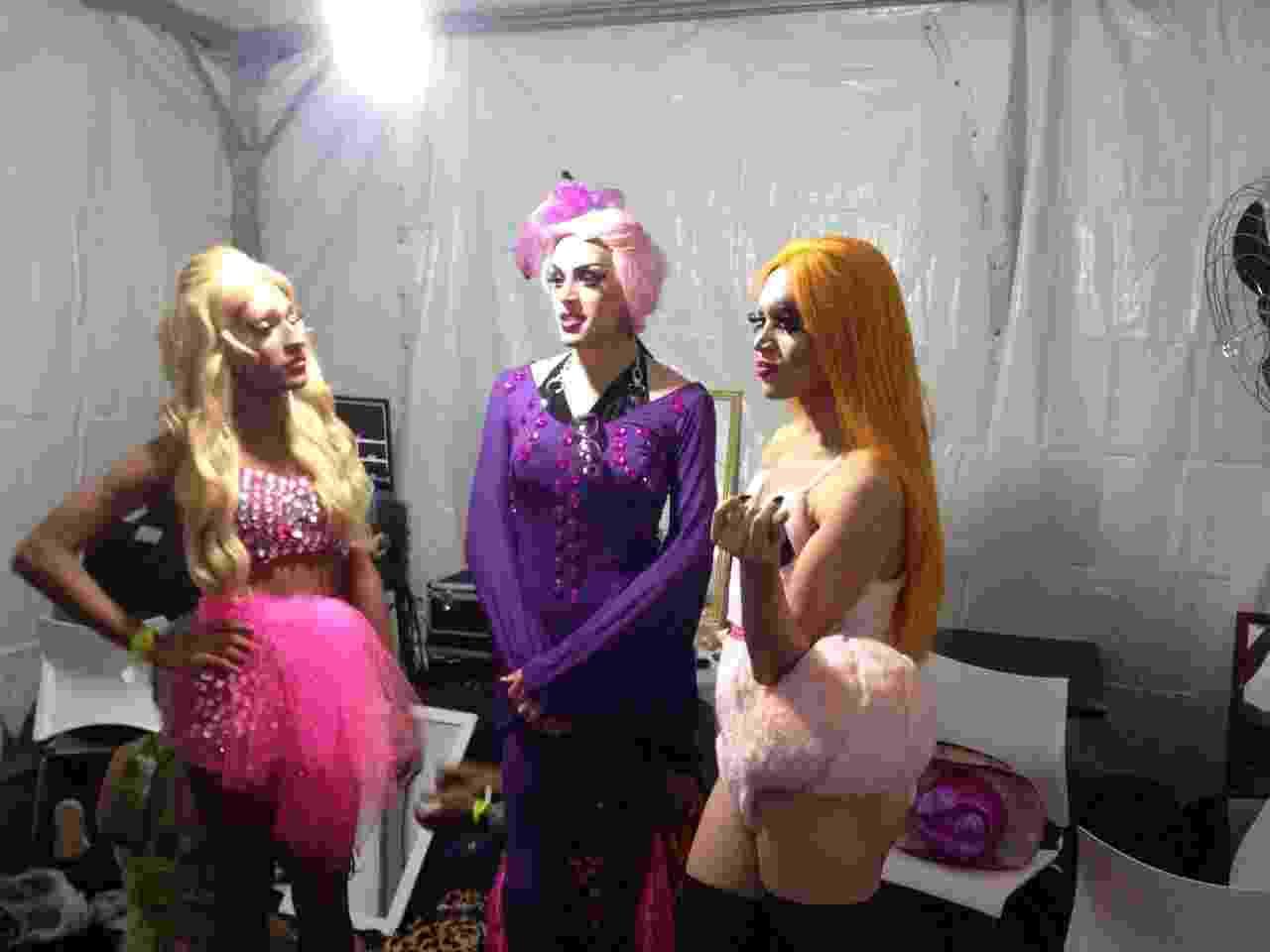 20.jun.2015 - Drag queens aguardam no camarim o início do concurso que vai eleger a rainha da Virada no palco Cabaret no Largo do Arouche, região central da São Paulo - Felipe Abilio/UOL