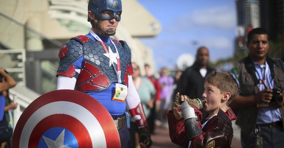 9.jul.2015 - Participante da Comic-Con se veste de Capitão América para curtir o evento que se realiza em San Diego, Califórnia