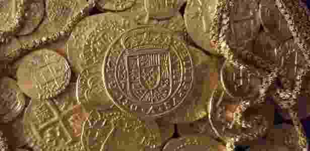 Moedas e corrente de ouro encontradas nos destroços de um navio espanhol que afundou em 1715; tesouro foi encontrado por família da Flórida -  Queens Jewels LLC