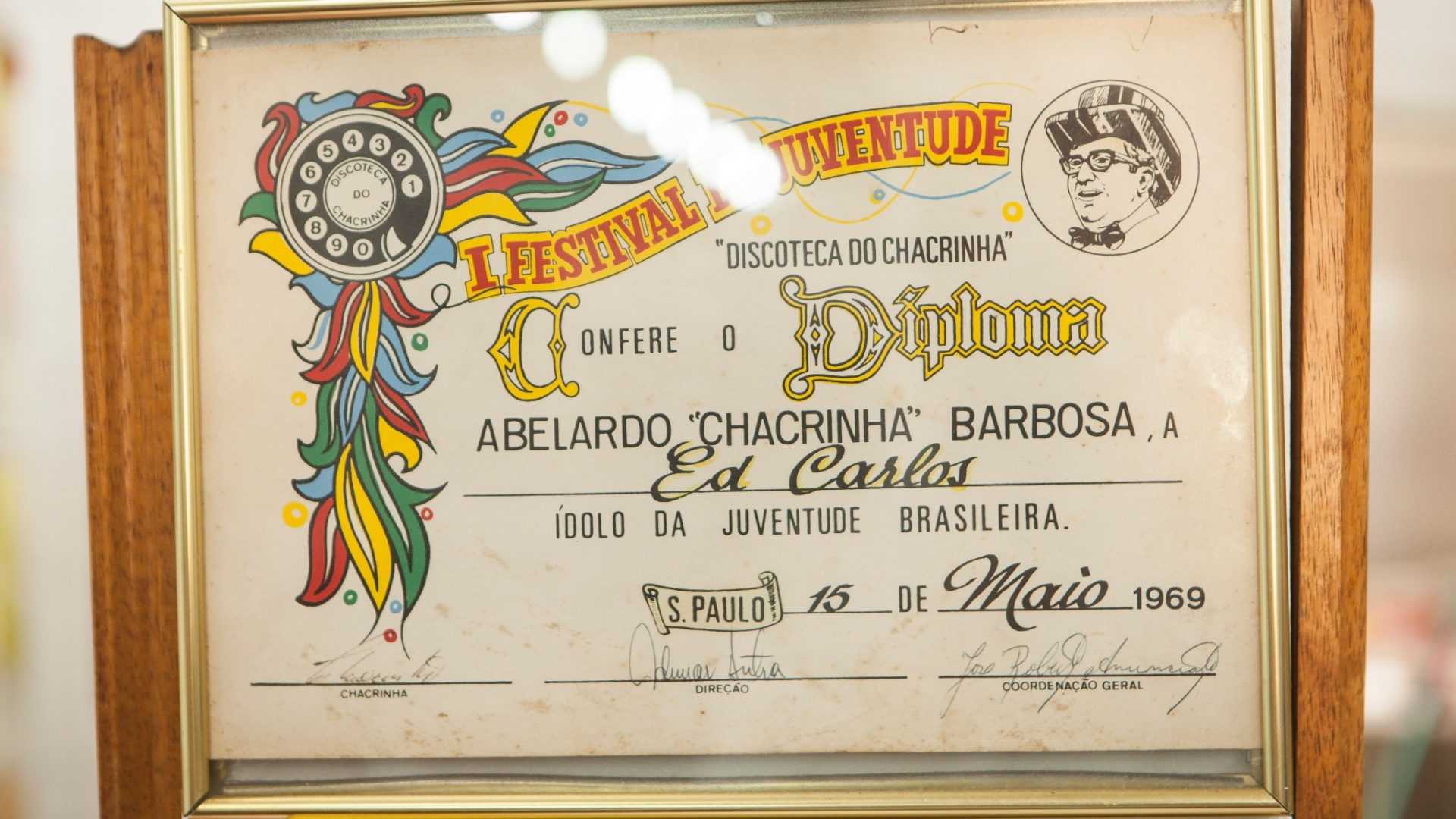Diploma concedido a Ed Carlos por Chacrinha