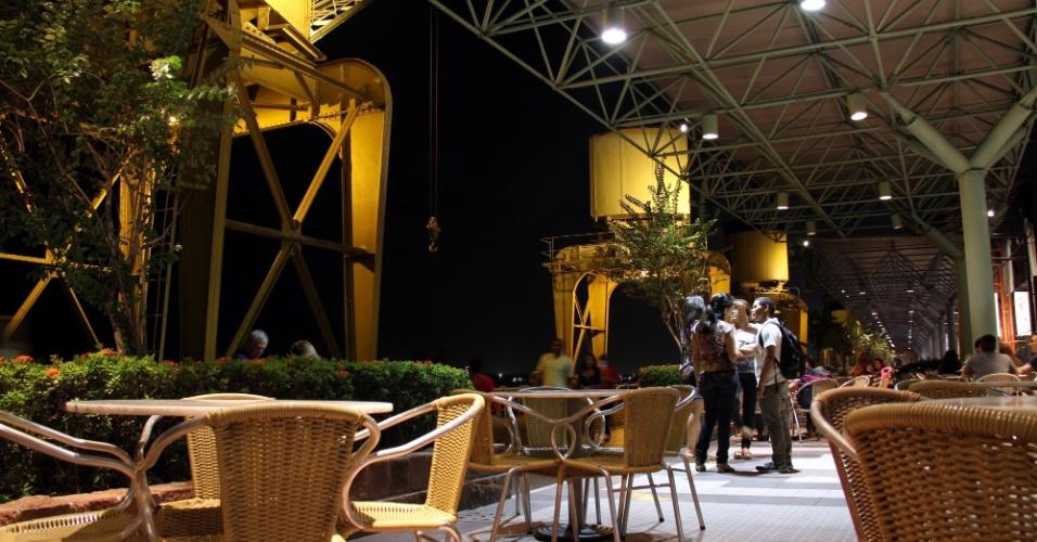 Antigos armazéns do porto de Belém foram reformados para abrigar a Estação das Docas, uma área de 32 mil m2 com restaurantes, bares, artesanato e área de lazer com música ao vivo, cinema e teatro, em Belém, capital do Pará
