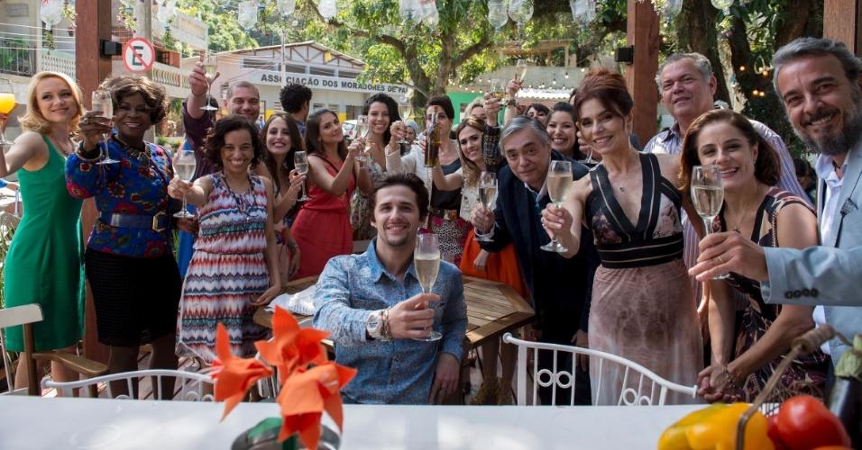 Alguém reparou na dandice de Tatá Werneck? Enquanto os outros atores têm taças com champanhe falso, a atriz erguia uma garrafa de azeite!