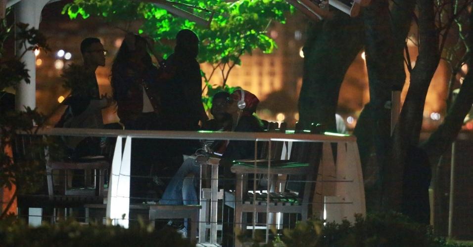 26.set.2015 - A poucas horas de se apresentar no Rock in Rio, Rihanna (de fones de ouvido) chega a heliponto da Lagoa para embarcar para a Cidade do Rock