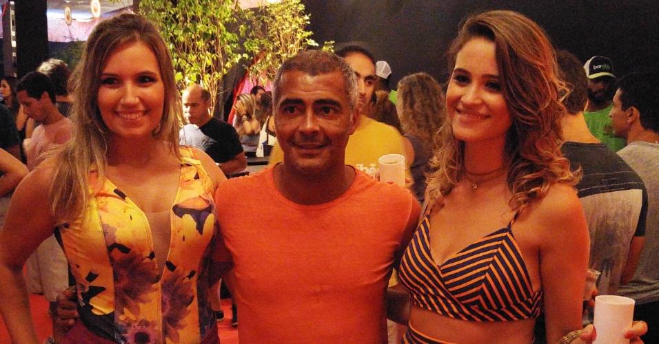 5.fev.2016 - Romário posa com duas fãs