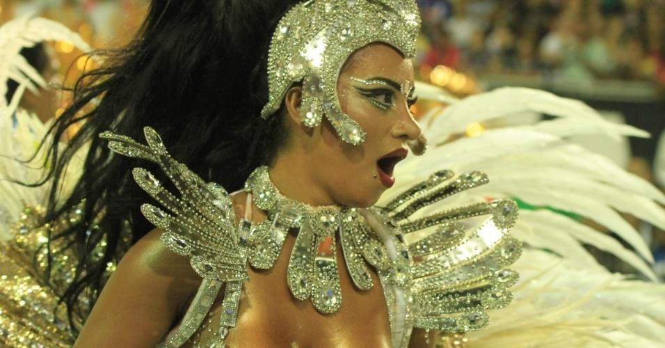 6.fev.2016 - A rainha Cinthia Santos agita a bateria da Águia de Ouro na primeira noite do Carnaval de São Paulo