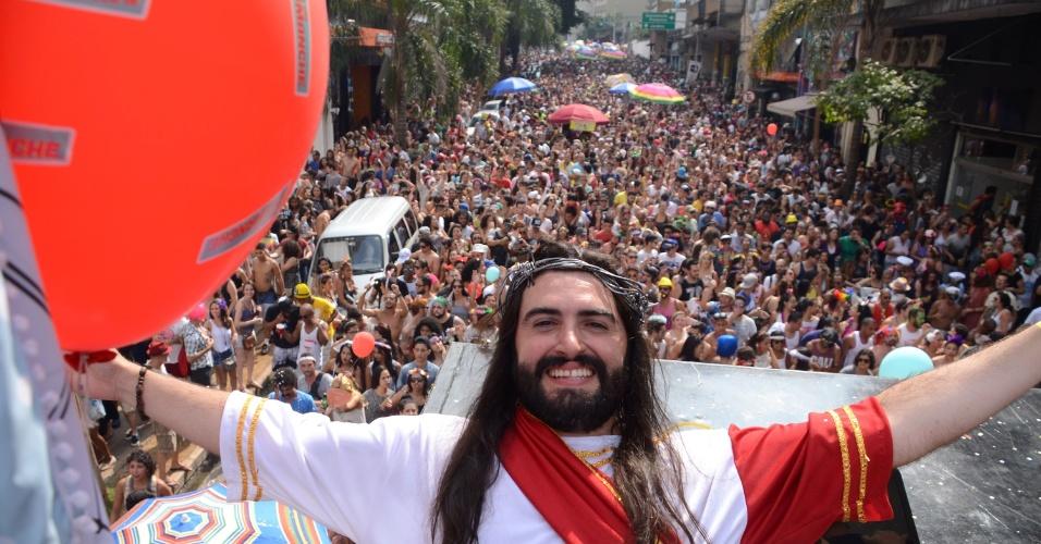 7.fev.2016 - Multidão de foliões tomam a Rua Augusta seguindo o trio elétrico do bloco do Desmanche, região central de São Paulo