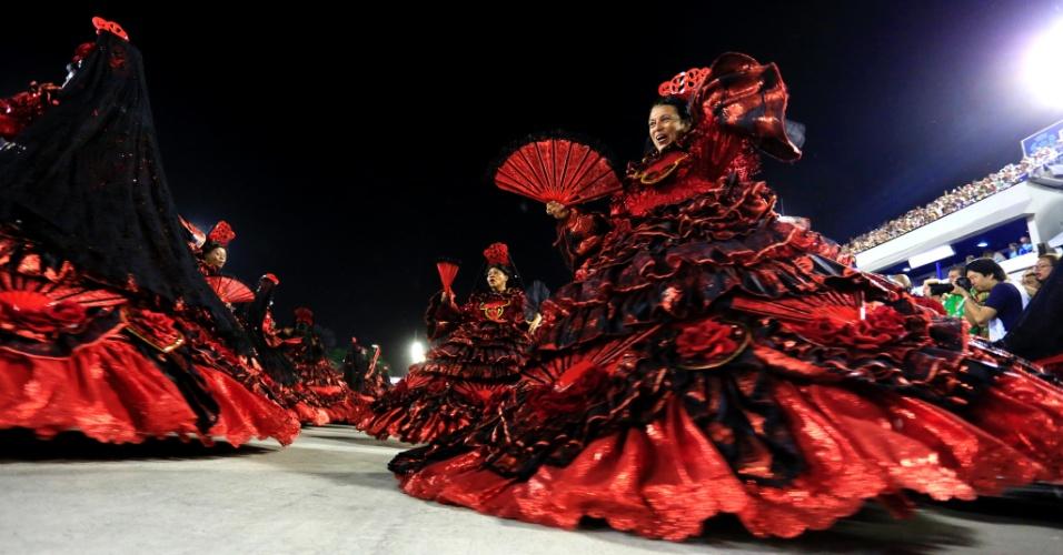 8.fev.2016 - De vermelho e preto, ala das baianas do Salgueiro representava a pombajira, versão feminina do exu.