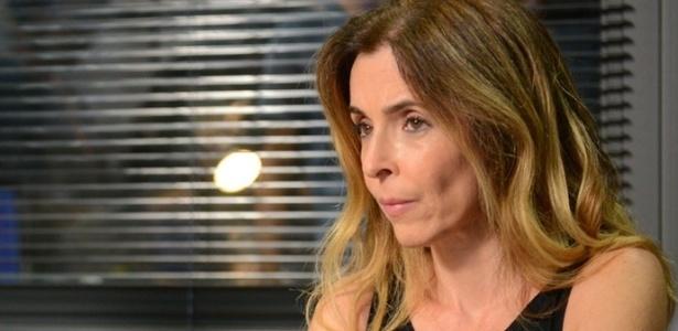 """Kiki (Deborah Evelyn) vai à delegacia e depõe contra o pai em """"A Regra do Jogo"""" - Reprodução/""""A Regra do Jogo""""/GShow"""