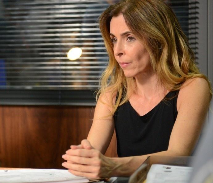 Kiki (Deborah Evelyn) vai à delegacia e depõe contra o pai em