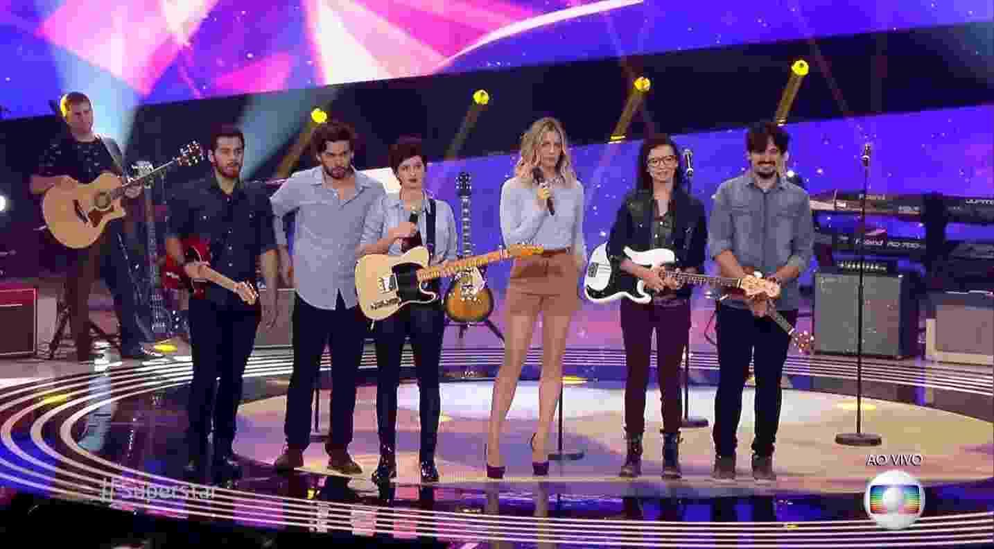 """17.abr.2016 - A banda de indie pop Plutão Já Foi Planeta cantou a canção autoral """"Viagem Perdida"""" no palco do programa """"SuperStar"""" - Reprodução/TV Globo"""