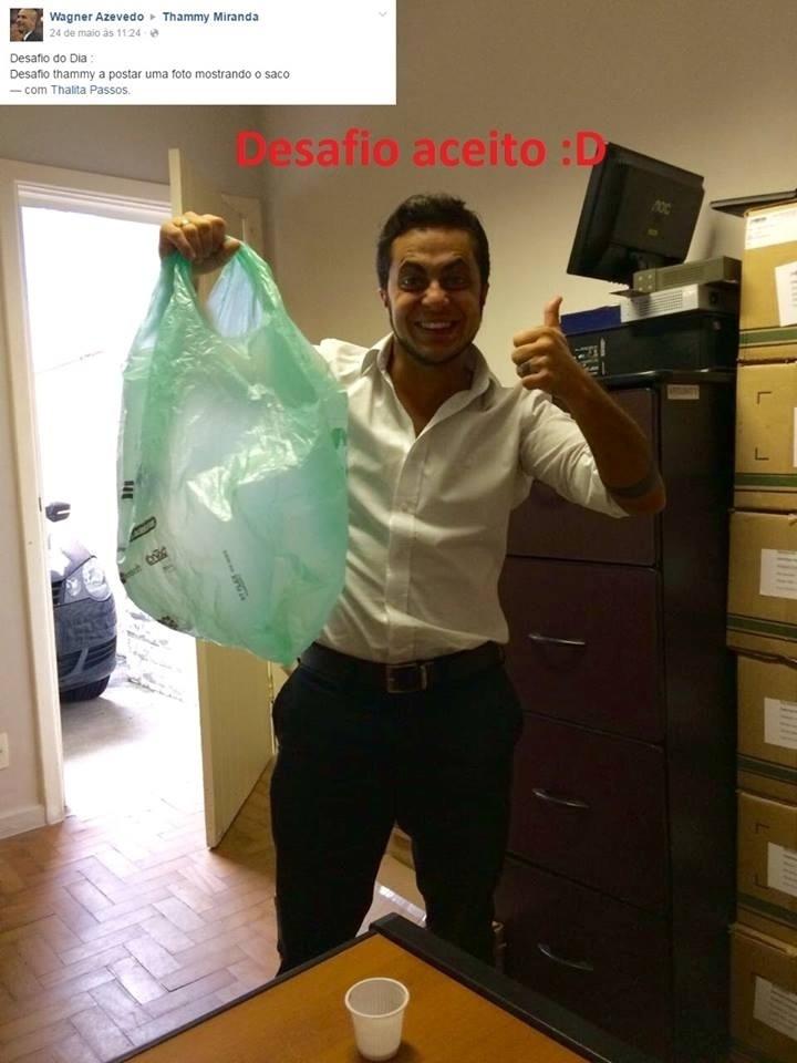"""31.mai.2016- Thammy Miranda encara provocação de internauta com bom humor e mostra o """"saco"""" no Facebook: """"E você tem um desafio para me enviar também?"""", escreveu ele, que fez uma montagem com a pergunta do homem que dizia: """"Desafio Thammy a postar uma foto mostrando o saco"""""""