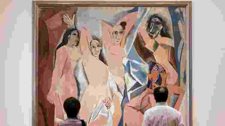 """Pessoas observam a obra """"As Senhoritas de Avignon"""", de Pablo Picasso, no Museu de Arte Moderna de Nova York (MoMA) - Stan Honda/AFP - Stan Honda/AFP"""
