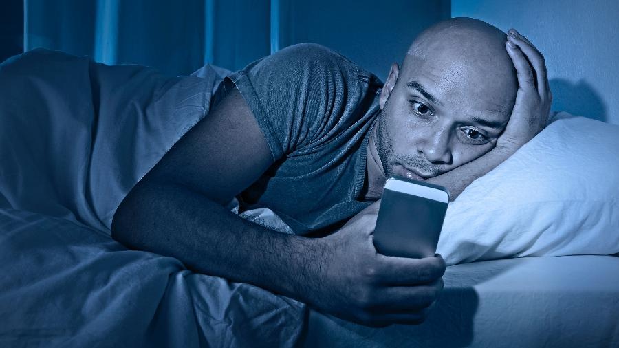 Luz do celular atrapalha na produção do hormônio do sono - iStock