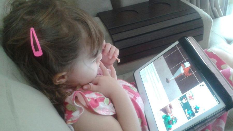 Aos três anos, Clarissa adora assistir a desenhos e a vídeos sobre brinquedos no YouTube - Arquivo pessoal