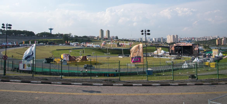 Vista geral da montagem do festival Lollapalooza Brasil 2017, que acontece nos dias 25 e 26 de março no Autódromo de Interlagos, em São Paulo - Débora Klempous/UOL