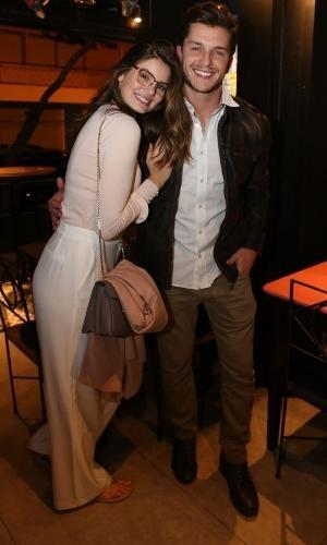 Os noivos Camila Queiroz e Klebber Toledo também marcaram presença em jantar no Bar de Lisboa, no Leblon, zona sul do Rio