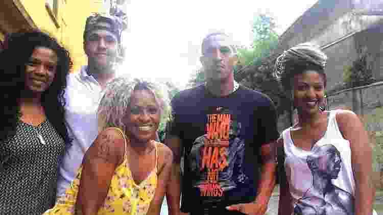 Domenica (à dir.) posa ao lado de Mano Brown, da mãe Eliane Dias (à esq.), da tia Juci D Blacl e do irmão, Jorge Dias, o Kaire - Reprodução/Instagram/domenicadiassp