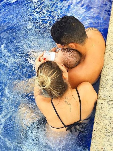 Andressa Suita e Gusttavo Lima dão mamadeira ao filho na piscina  - Reprodução/Instagram