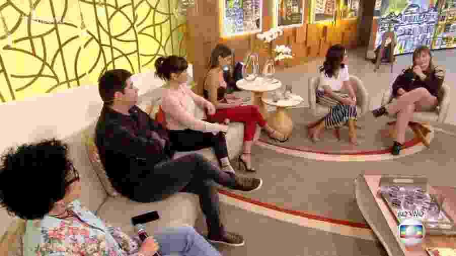 """Deborah Secco não desgruda do celular no """"Encontro"""" - Reprodução/TV Globo"""