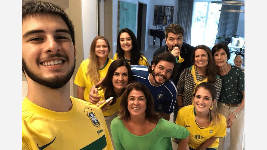 Fátima Bernardes assiste ao jogo com  Túlio Gadêlha e os filhos, Vinícius Bonemer (o primeiro à esquerda), e Laura Bonemer (a terceira, da esquerda pra direita), a mãe, Eunice (camiseta verde com bolinhas) e o pai, Amâncio, ao fundo  - Reprodução/Instagram