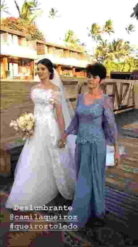 Camila Queiroz caminha ao altar com a mãe - Reprodução/Instagram