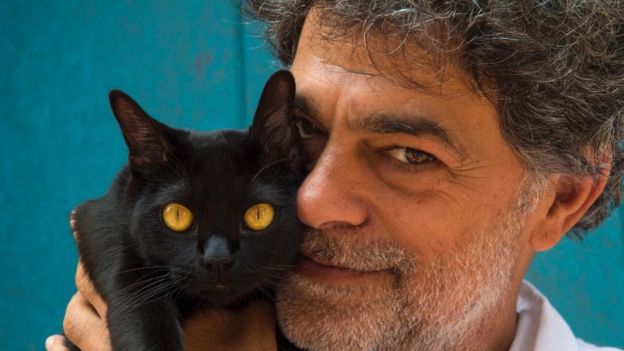"""Eduardo Moscovis e o gato Leon, os dois serão um só nos próximos capítulos de """"O Sétimo Guardião"""" - Estevam Avellar/Globo"""