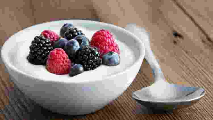 Iogurte e frutas - iStock - iStock
