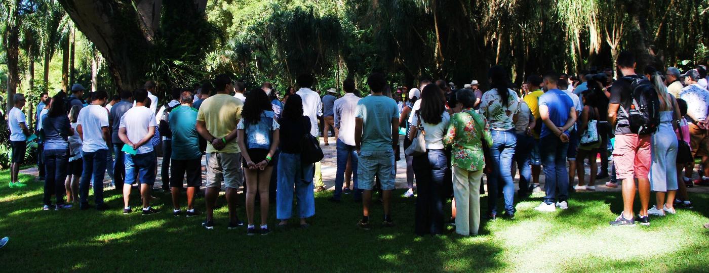 Funcionários e visitantes fazem um minuto de silêncio em homenagem às vítimas do rompimento da barragem em Brumadinho durante a reabertura do Instituto e Museu Inhotim -  EDMAR BARROS/FUTURA PRESS/FUTURA PRESS/ESTADÃO CONTEÚDO