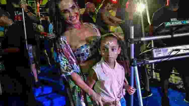 Scheila Carvalho e a filha Giulia, de 7 anos, curtem o show do Parangolé em Salvador - Marcelo Wance/agfpontes - Marcelo Wance/agfpontes