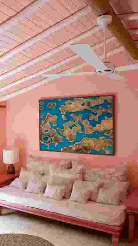 Sofá em um dos quartos do UXUA Casa Hotel & Spa de Trancoso  - Divulgação  - Divulgação