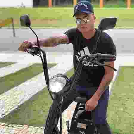 Sertanejo Felipe Araújo posa com sua motoneta elétrica; modelo virou febre entre famosos - Reprodução