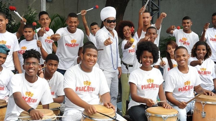 Carlinhos Brown ao lado de jovens do projeto Pracatum, em Salvador - Divulgação/Pracatum