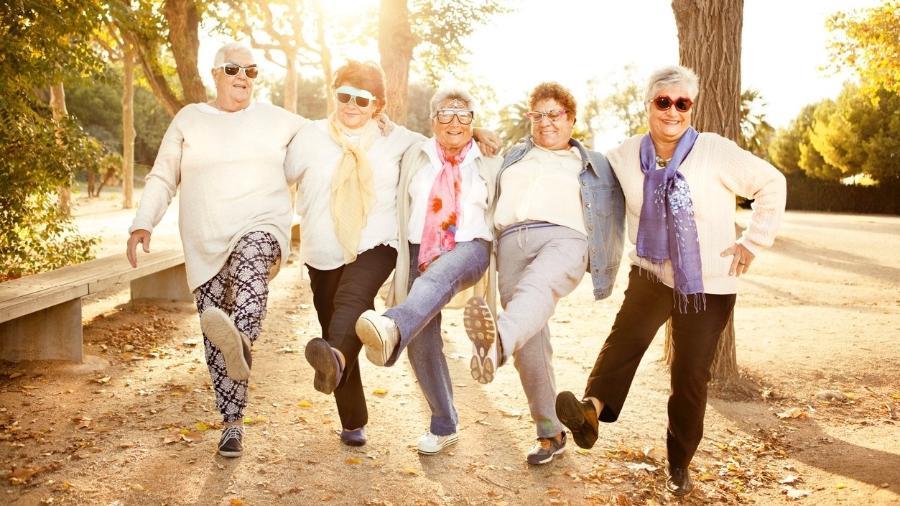 Manter as relações sociais é importante para ter bem-estar, melhorar o humor e evitar problemas como depressão - iStock