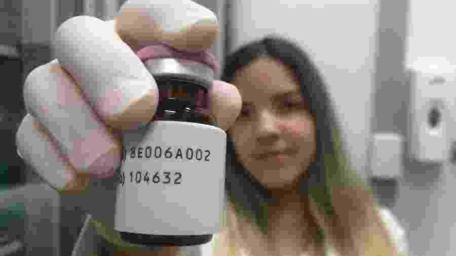 Frasco de trastuzumabe deruxtecan, que vem sendo testado em Porto Alegre - Luciano Nagel/UOL
