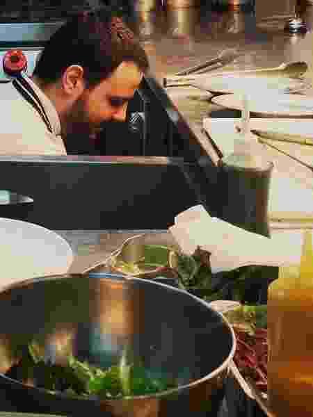 Victor Dimitrow na cozinha do restaurante Petí - Reprodução/@victordimitrow - Reprodução/@victordimitrow