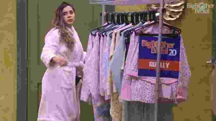 BBB 20: Gizelly retira pijamas na despensa para festa - Reprodução/Globoplay