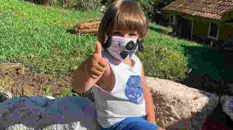 Bruno, neto de Rita, com uma máscara feita por ela: incentivo para crianças usarem - Arquivo Pessoal