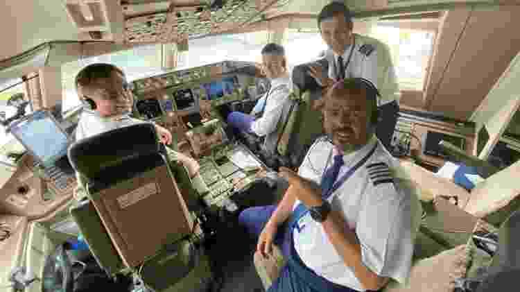 Comandante Carlos Ribeiro (à frente) se preparam para o voo que iria até a China recolher máscaras  - Arquivo pessoal - Arquivo pessoal
