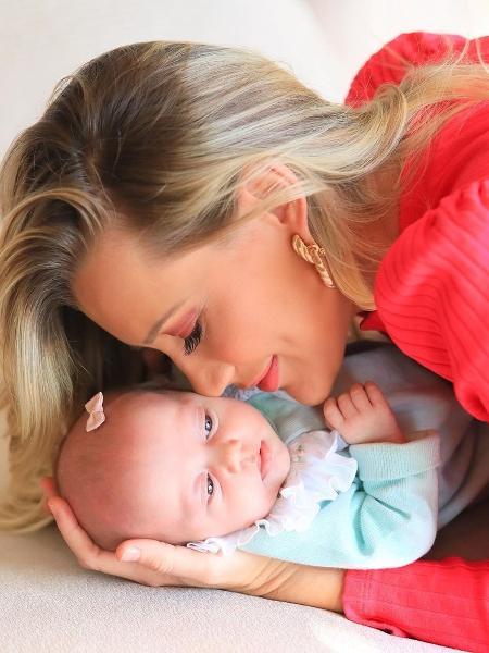 Ana Paula Siebert comemora um mês de sua filha, Vicky - Reprodução / Instagram