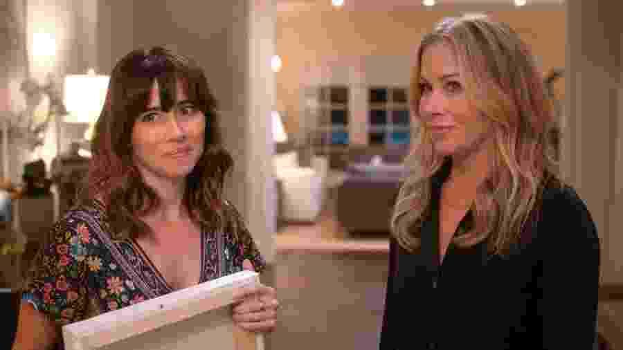 """Linda Cardellini (à esq.) e Christina Applegate em cena de """"Disque Amiga Para Matar"""" - Reprodução"""