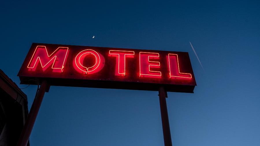 Anúncio no meio da estrada. Será que millennials não gostam de motel?  - Getty Images/iStockphoto