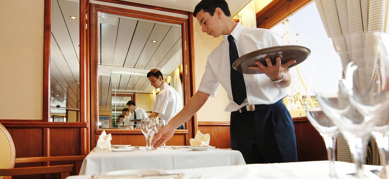 Longas jornadas, pouco tempo para descansar e aproveitar as viagens e saúde prejudicada: a rotina dos funcionários de navio de cruzeiro - Getty Images