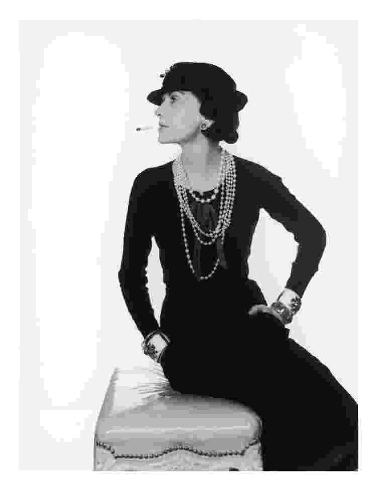 Coco Chanel em registro feito com a estilista usando os braceletes Chanel-Verdura - Reprodução - Reprodução