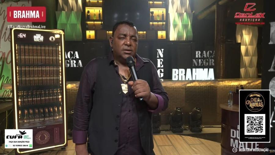 Luiz Carlos parecia embriagado na live do Raça Negra - Reprodução