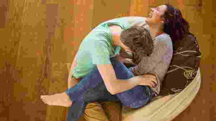 Homem faz cócegas em mulher - iStock - iStock