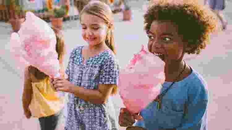 sugar high, crianças comendo algodão doce, açúcar, carboidratos - iStock - iStock