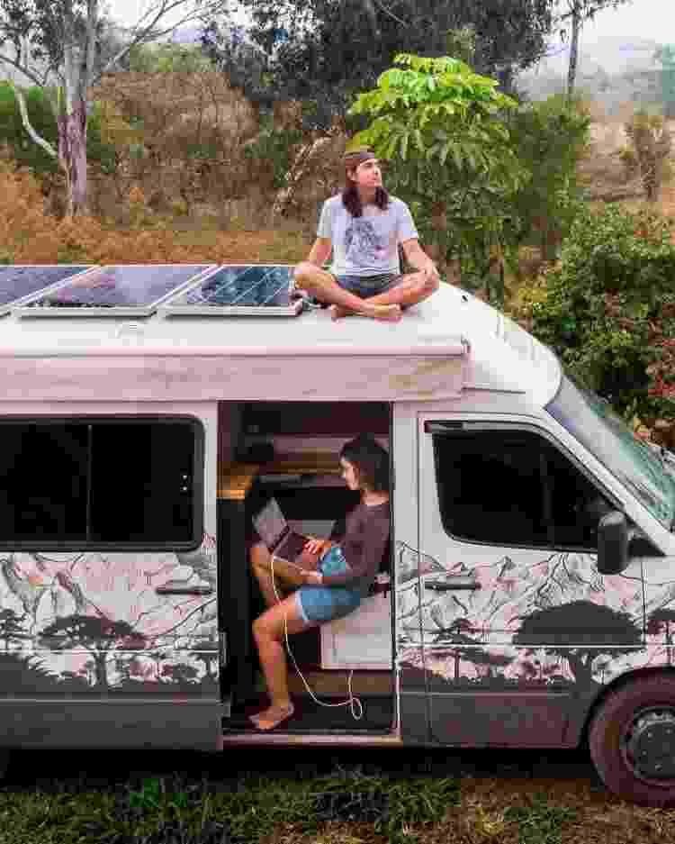 Casal e o furgão utilizado para as viagens - Arquivo Pessoal - Arquivo Pessoal