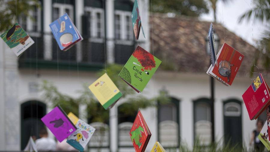 Livros pendurados nas árvores da praça da Matriz para estimular a leitura de crianças durante a realização da 13ª edição da Flip - Sebastião Moreira/EFE